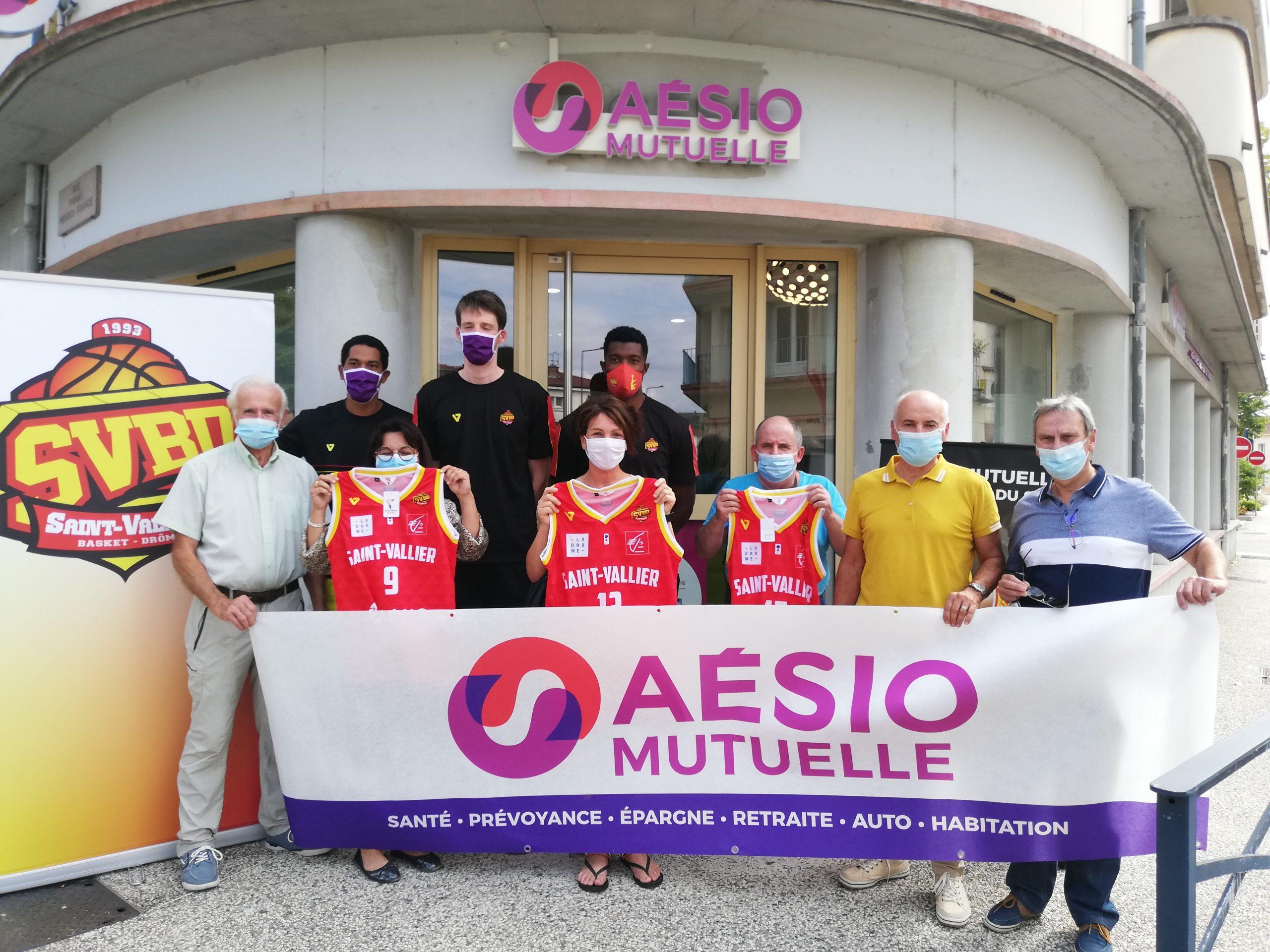 Les joueurs en visite chez AESIO Mutuelle